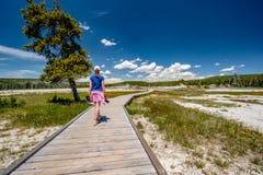 Turista con la macchina fotografica che fa un'escursione in Yellowstone Fotografia Stock Libera da Diritti