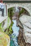 Turista con la macchina fotografica sulla cascata di Gudbrandsjuvet, Norvegia Fotografia Stock