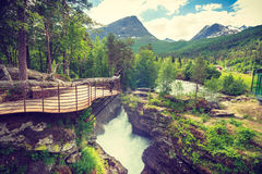 Turista con la macchina fotografica sulla cascata di Gudbrandsjuvet, Norvegia Fotografie Stock Libere da Diritti