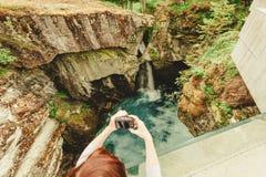 Turista con la macchina fotografica sulla cascata di Gudbrandsjuvet, Norvegia Fotografia Stock Libera da Diritti