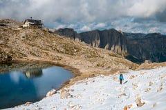 Turista con la mochila que camina en montañas Foto de archivo