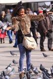 Turista con las palomas Imagen de archivo