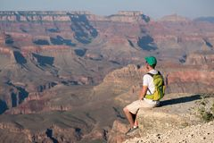 Turista con lo zaino a Grand Canyon Immagine Stock