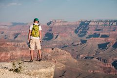 Turista con lo zaino a Grand Canyon Fotografia Stock Libera da Diritti
