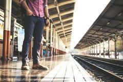 Turista con lo zaino sulla stazione ferroviaria Immagini Stock