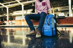 Turista con lo zaino sulla stazione ferroviaria Fotografia Stock Libera da Diritti