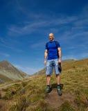 Turista con lo zaino sulla traccia di montagna Fotografia Stock Libera da Diritti