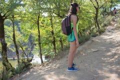 Turista con viaje de las mochilas Caminante joven con la mochila Imagen de archivo libre de regalías