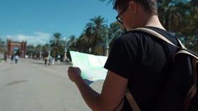 Turista confundido con un mapa en callejón metrajes