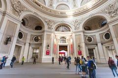 Turista in cortile del palazzo di Hofburg a Vienna Immagini Stock