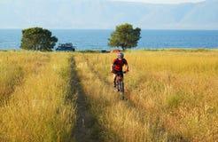 Turista da bicicleta ao lado do acampamento Imagens de Stock Royalty Free