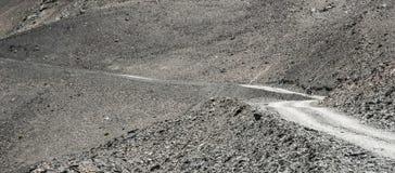 Turista da bicicleta na estrada da montanha Imagem de Stock