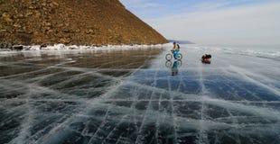 Turista da bicicleta no gelo Fotos de Stock