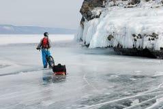 Turista da bicicleta no gelo Imagens de Stock Royalty Free