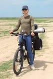 Turista da bicicleta que está na estrada Fotografia de Stock Royalty Free