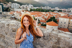 Turista da jovem mulher no fundo da cidade velha de Budva Fotografia de Stock Royalty Free