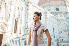Turista da jovem mulher que está o domo próximo em Florença, Itália Imagens de Stock Royalty Free