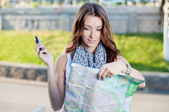 Turista da jovem mulher que guardara o mapa de papel Fotos de Stock Royalty Free