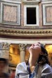 Turista da jovem mulher que olha acima de admirar a beleza do panteão em Roma Itália imagens de stock royalty free
