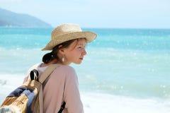 Turista da menina na praia foto de stock
