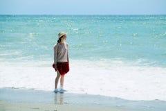 Turista da menina na praia foto de stock royalty free