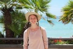 Turista da menina na praia fotos de stock