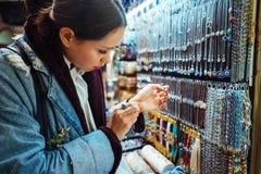Turista da moça que anda no mercado da lembrança Imagens de Stock
