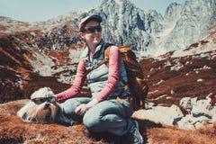 Turista da mulher com cão Fotografia de Stock Royalty Free