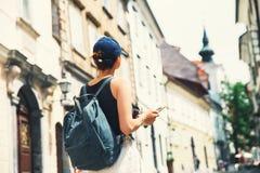 Turista da mulher com a trouxa na rua de Ljubljana, Eslovênia fotografia de stock royalty free