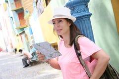 Turista da mulher em Buenos Aires que olha no mapa Foto de Stock Royalty Free