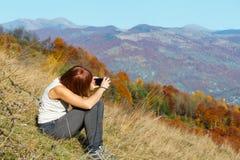 Turista da mulher na montanha Carpathian do outono, Ucrânia fotos de stock