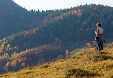 Turista da mulher na montanha Carpathian do outono, Ucrânia imagem de stock