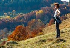 Turista da mulher na montanha Carpathian do outono, Ucrânia fotografia de stock