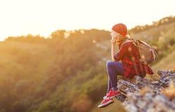 Turista da mulher no auge da montanha no por do sol fora durante a caminhada Imagens de Stock
