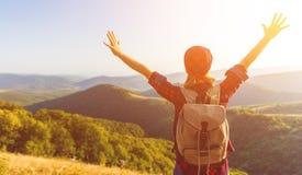 Turista da mulher no auge da montanha no por do sol fora durante a caminhada Fotografia de Stock