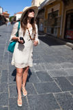 Turista da mulher que anda na rua da cidade imagem de stock royalty free