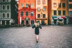 Turista da mulher que anda no curso de Éstocolmo que sightseeing imagem de stock royalty free