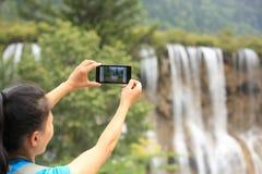 Turista da mulher que toma a foto com telefone esperto Fotos de Stock Royalty Free
