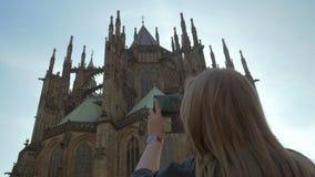 Turista da mulher que toma a foto móvel de St Vitus Cathedral, Praga filme