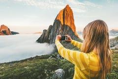 Turista da mulher que toma a foto pelo smartphone Imagens de Stock Royalty Free