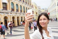 Turista da mulher que toma imagens do selfie em Macau fotos de stock royalty free