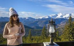 Turista da senhora na montanha fotos de stock