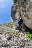 Turista da senhora que escala através do astrágalo do ferrata no desfiladeiro Cheile Bicazului de Bicaz, condado de Neamt, Romêni imagens de stock
