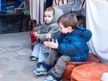 Turista das crianças na feira africana de Douz, Tunísia Foto de Stock Royalty Free
