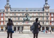 Turista das jovens mulheres que toma imagens no quadrado do prefeito da plaza Imagem de Stock Royalty Free
