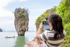 Turista das mulheres que dispara na vista natural pelo telefone celular Fotografia de Stock Royalty Free