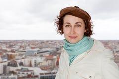 Turista davanti a panorama della città di Berlino immagine stock