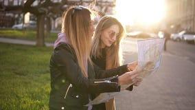 Turista de duas meninas na roupa ocasional, apreciando suas aventuras na cidade nova Guia do curso, turismo em Europa com amigos filme