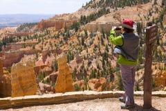 Turista de la barranca de Bryce Imágenes de archivo libres de regalías