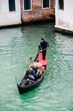 Turista de la familia en la góndola en Venecia, Italia fotografía de archivo